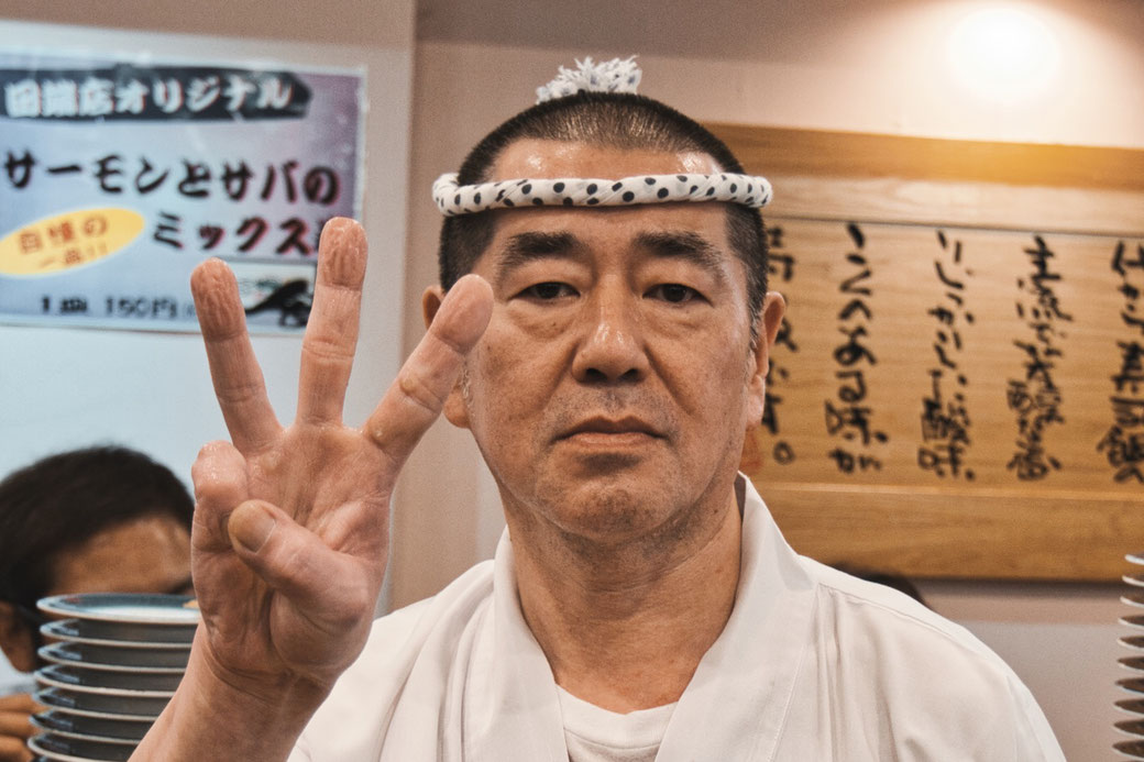 Sushi Meister in Japan zeigt 3 Finger