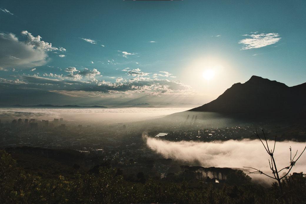 Blick auf Kapstadt, wolken verhangen vom Lions Head