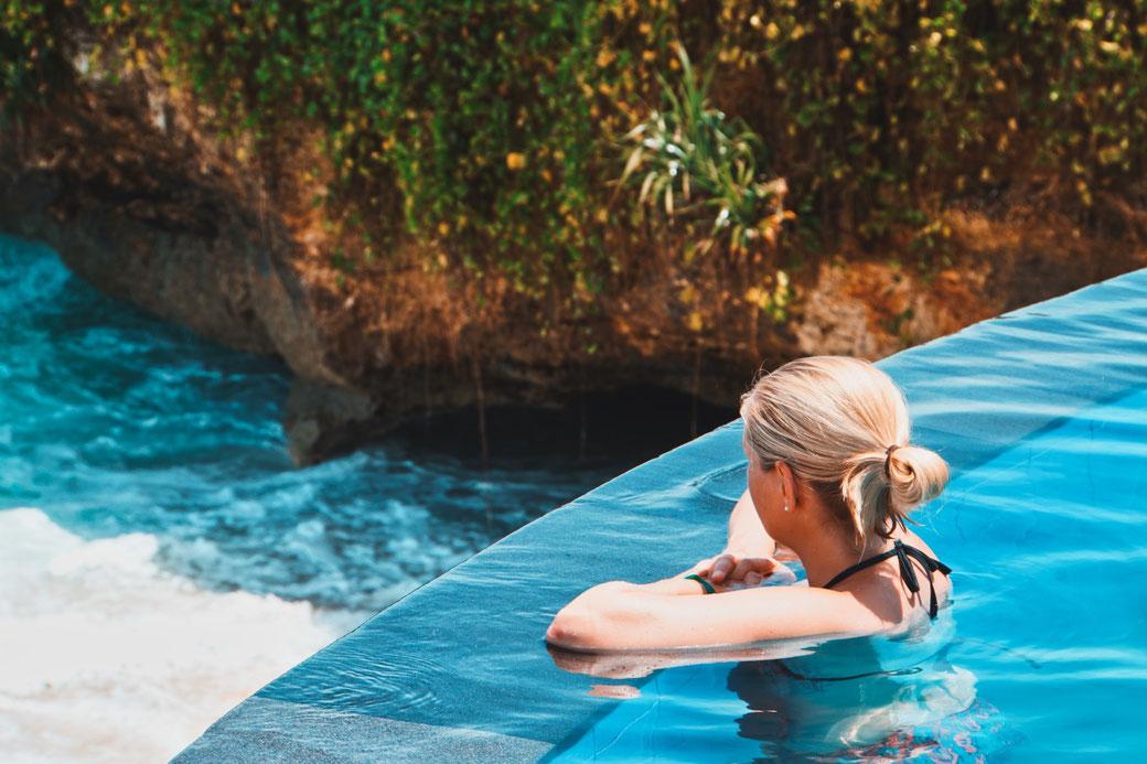 Steffi schaut vom Infinity Pool aufs Meer