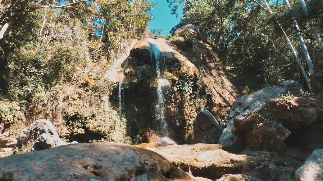 Wasserfall in Soroa, Kuba. Im Vordergrund Steine.