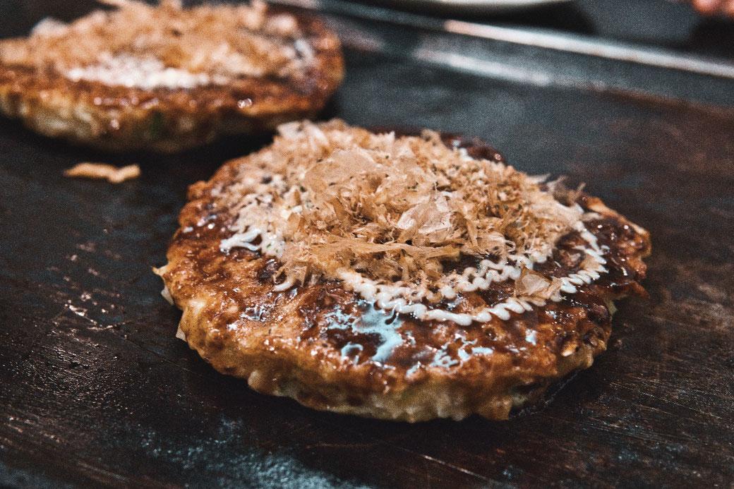 Okonomiyaki auf heisser Eisenplatte in einem Tisch