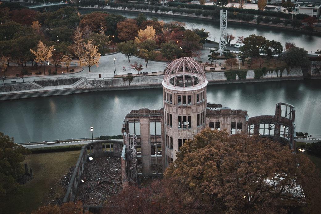 A Bomb Dome in Hiroshima. Im Hintergrund ein Fluß und der Friedenspark