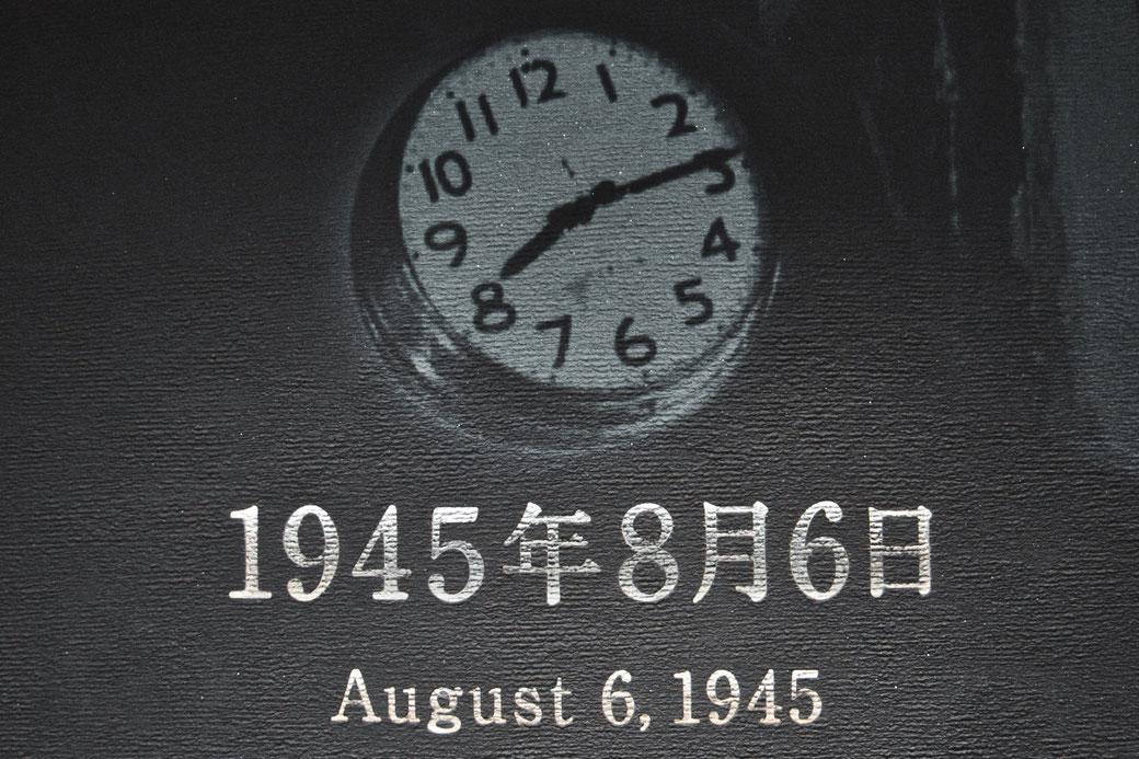 Uhrmalerei auf der Wand. Sie zeigt 8:15, darunter 1945 8 6