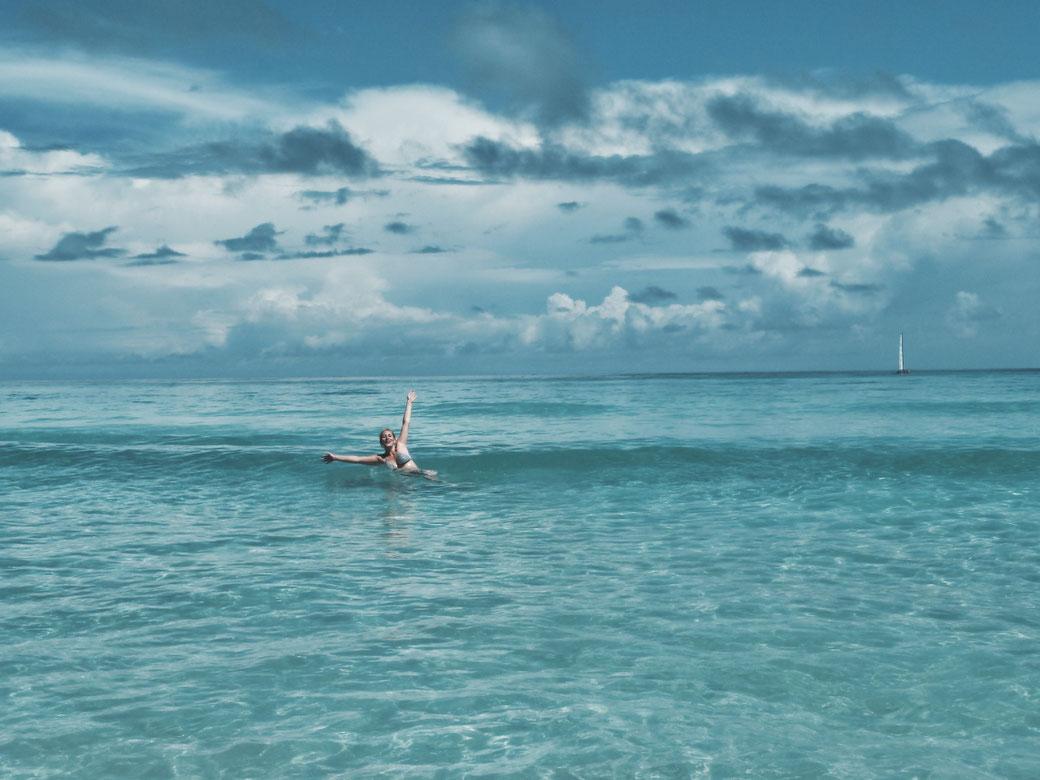 Frau schwimmt im Meer.