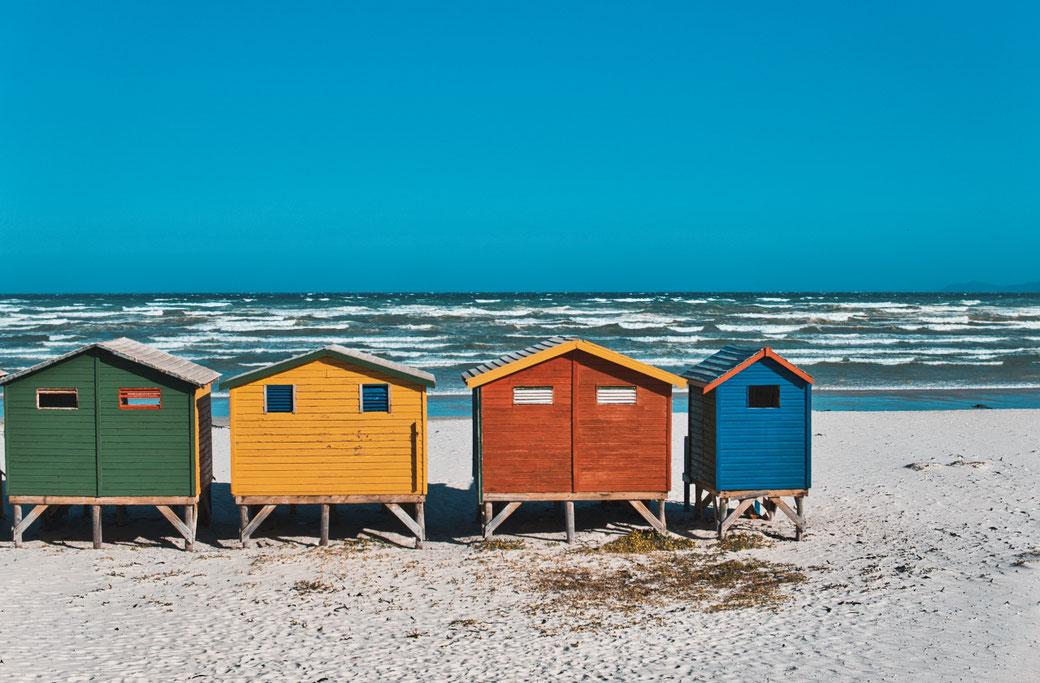 Bunte Holzhäuser am Strand in Muizenberg