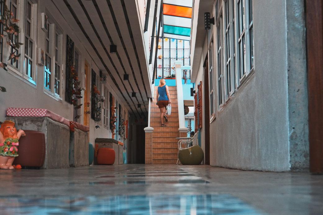 Frau läuft in einem Hotel eine Treppe hoch.