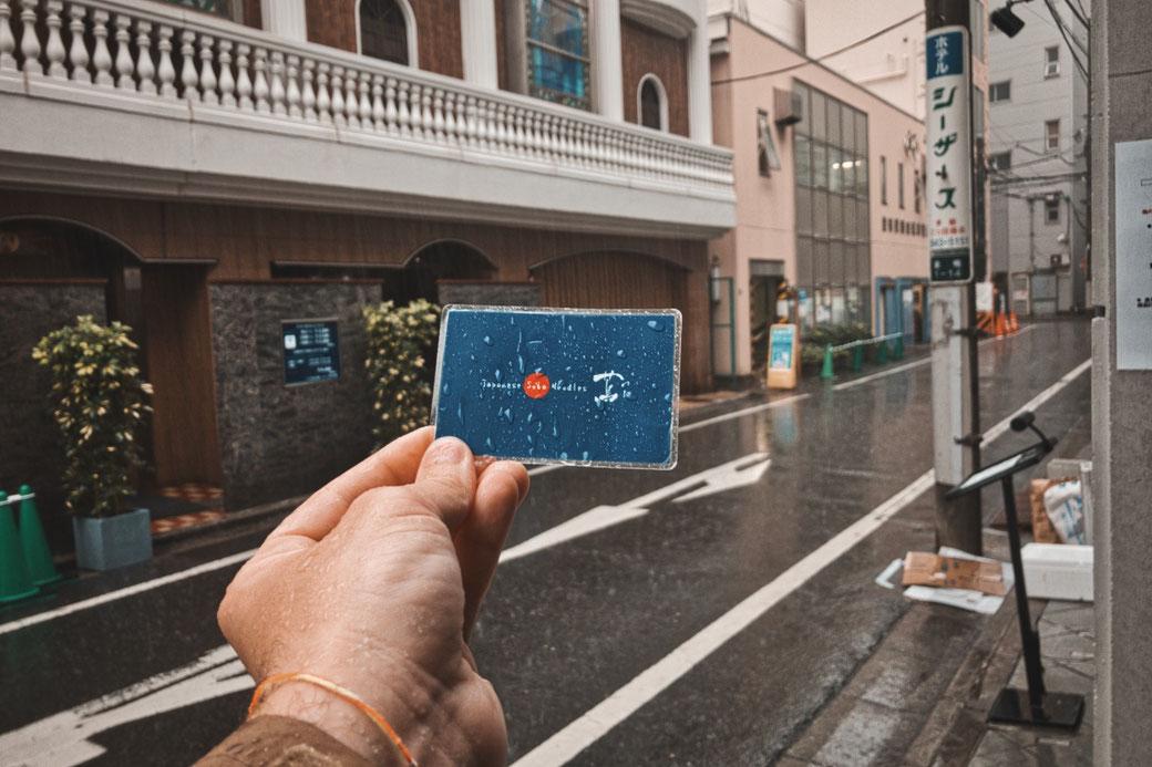 Blaues Ticket des Japanese Soba Noodles Sternerestaurant. Im hintergrund Japanische Strasse.