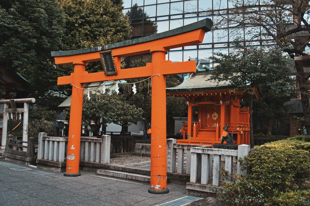 Shinto Schrein mit orangenem Tor davor