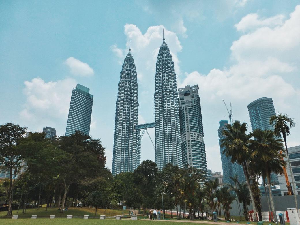 Die Petronas Twin Towers in Kuala Lumpur. Im Vordergrund der anöliegende Park.