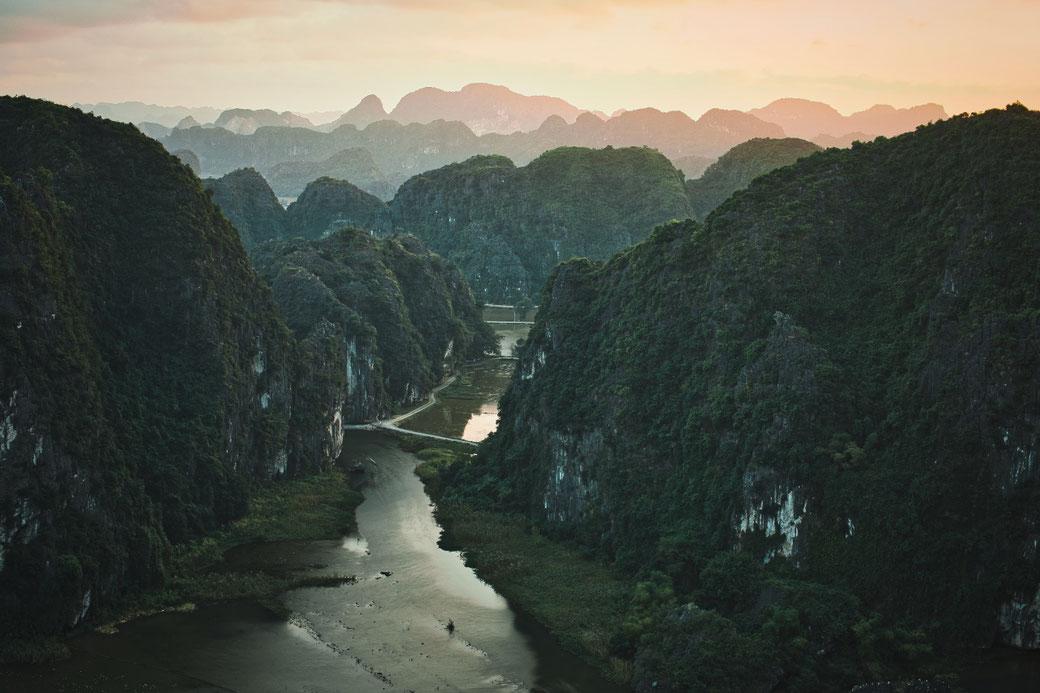 Sonnenuntergang vom Lying Dragon. Zwischen den Karstfelsen verläuft ein Fluß