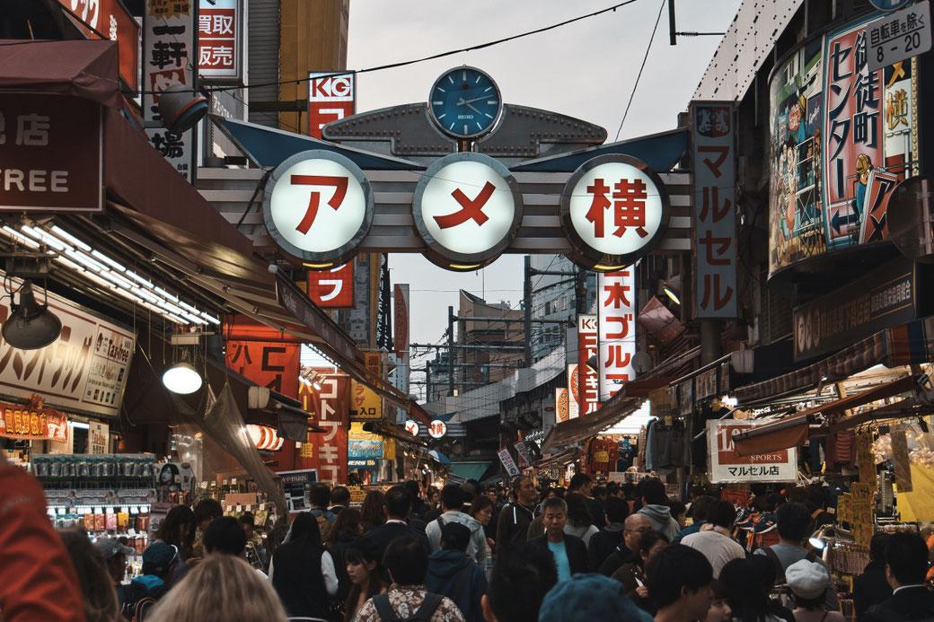 Sehr belebte Strasse in Tokio mit vielen Geschäften