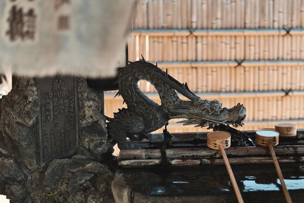 Waschstelle in Form eines Drachens an einem Japanischen Tempel