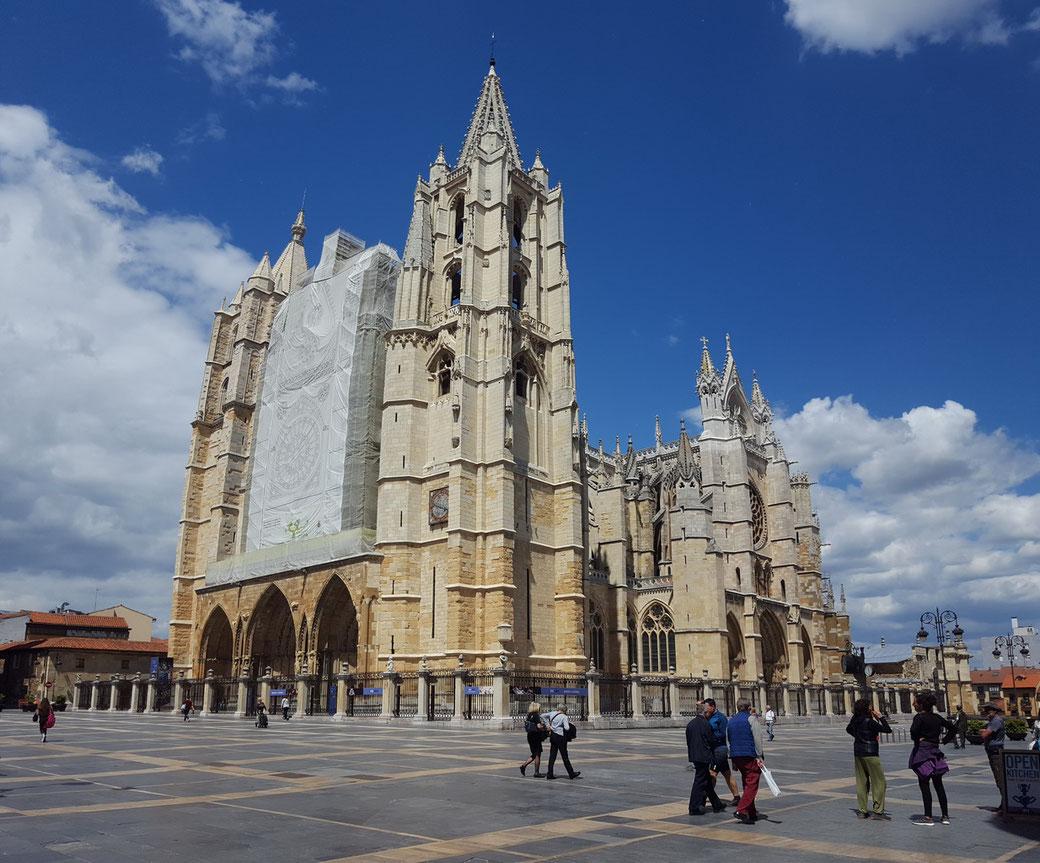 Nach der Landung sind wir mit dem Auto 350 km nach Leon gefahren. Kleiner Stadtrundgang und Besichtigung der Cathedrale, wobei wir 5 € Eintritt bezahlt haben.
