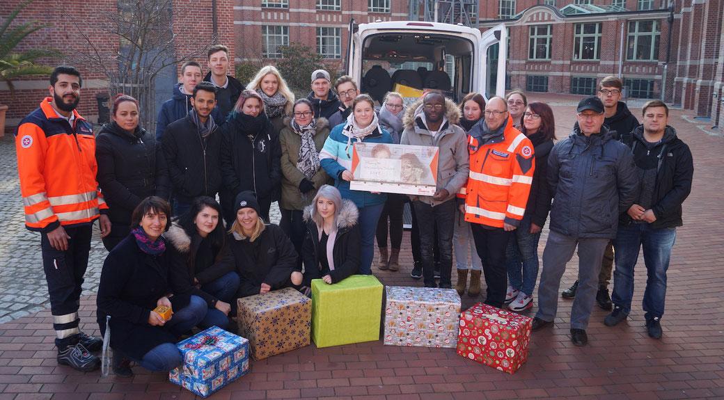 38 Weihnachts-Pakete übergeben die Burger Conrad-Tack-Schüler an die Johanniter. Foto: Alpha-Report