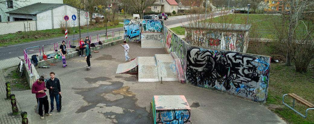 Die Skaterbahn in Genthin ist marode und gefährlich. Das Bild ist vor Corona entstanden.