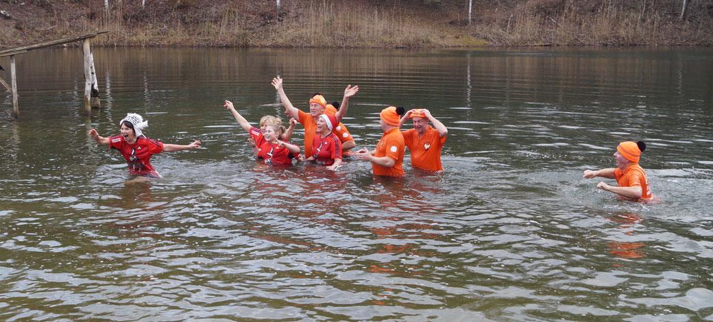 Seit 2007 baden die Ferchländer Triathleten mit den Frosty Koala aus Roßdorf am Neujahrstag im Ferchländer Feuerlöschteich. Foto: Alpha-Report