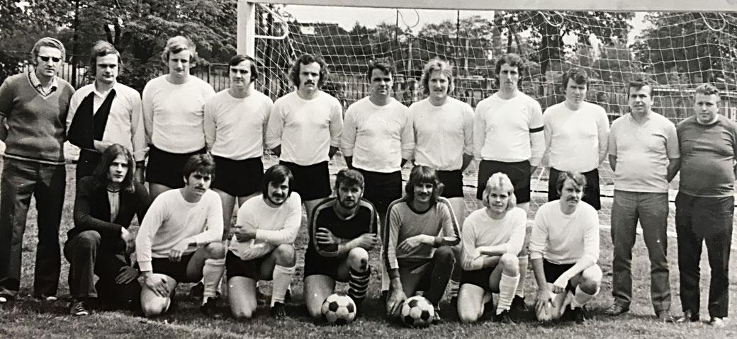 Diesen Fußballern des SV Chemie Genthin gelang 1974 der Aufstieg in die Bezirksliga. Es ist bis heute der größte Erfolg eines Vereins dieser Kleinstadt. Foto: privat