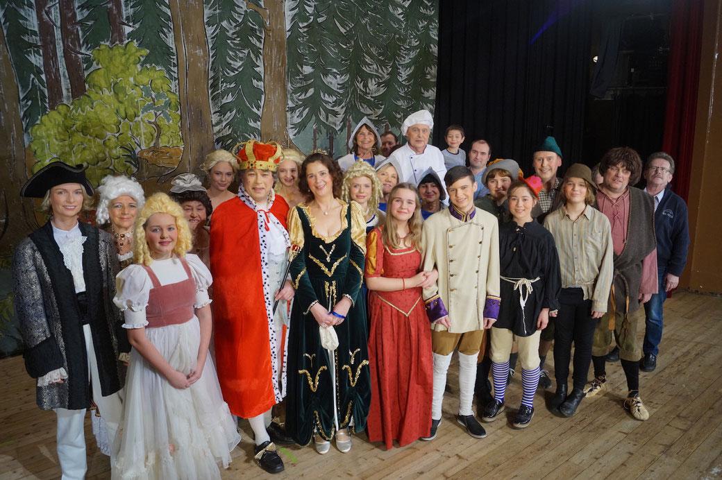 Regisseur Jürgen Wagner (rechts) hat 23 Darsteller in das Weihnachtsmärchen integriert. Foto: Alpha-Report