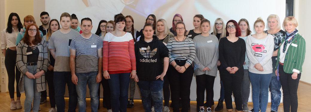 25 junge Menschen beginnen ihre Ausbildung zu Gesundheits- und Krankenpflegern. Sie sind die ersten Azubis, die mit dem Helios Bildungszentrum in Burg im März in die Ausbildung gestartet sind. Foto: Helios Kliniken GmbH