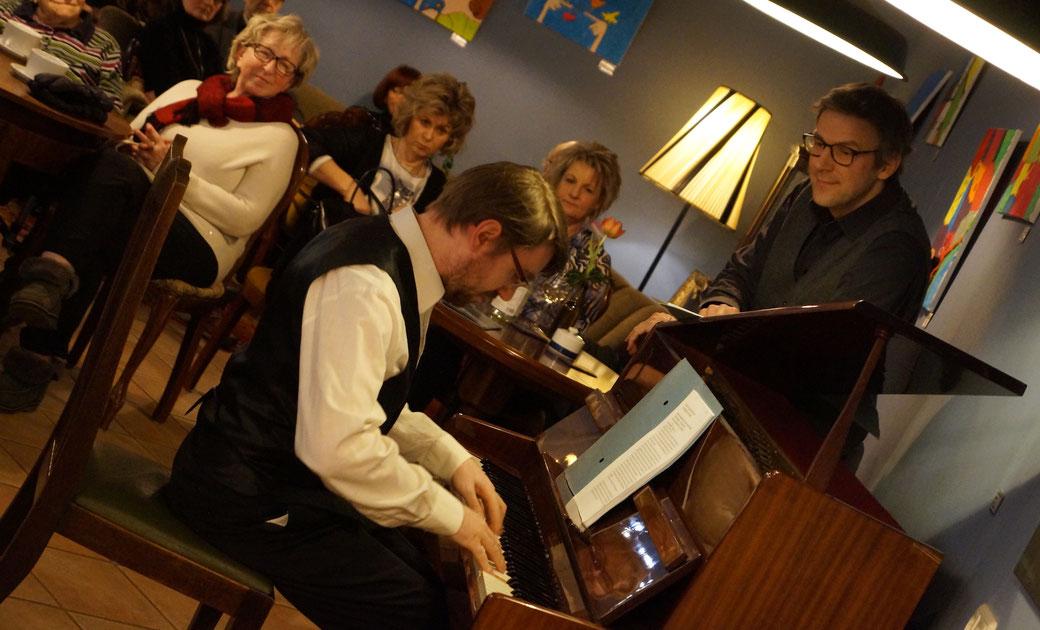 """Entstanden ist das Bild bei einem Mozart-Abend im Burger Lokal """"Rotfuchs"""" mit Alexander Netschajew (stehend) und Ronny Kaufhold am Klavier. Foto: Alpha-Report"""