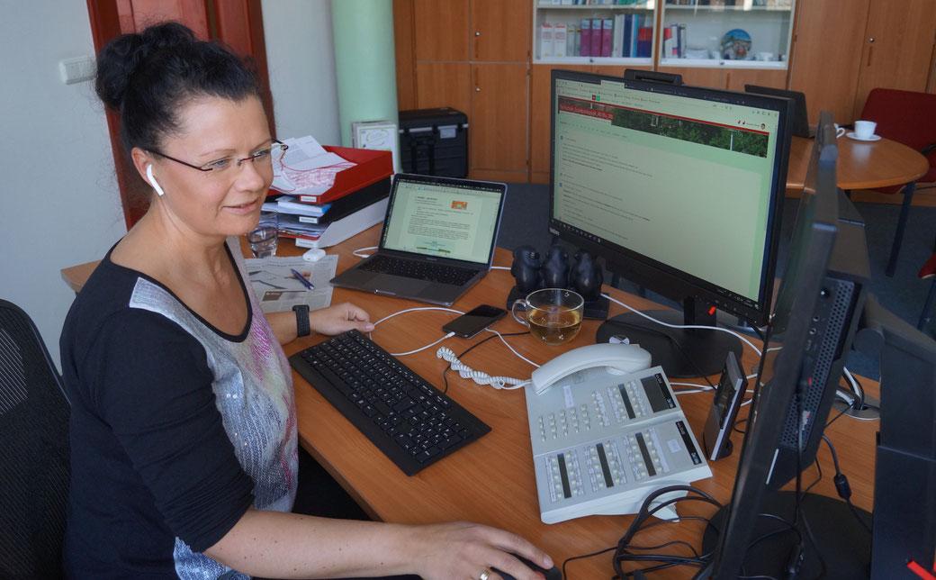 Die stellvertretende Schulleiterin Susanne Röver bei der Arbeit im Digital-Modus. Foto: Alpha-Report