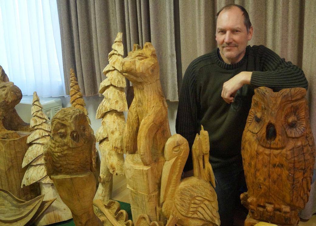 Kunsthandwerker Olaf Jensen aus Dörnitz im Jerichower Land mit einigen Skulpturen. Foto: Alpha-Report