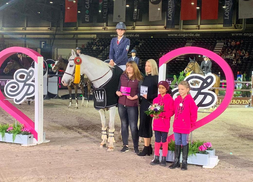 Siegerehrung: Joan Wecke gewinnt das Finale der Amateur-Trophy in Leipzig.