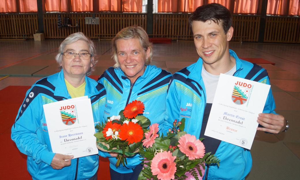 Ines Ernst-Schiller (Mitte) mit Trainerkollegin Irene Herrmann sowie Sohn Martin. Foto: Alpha-Report