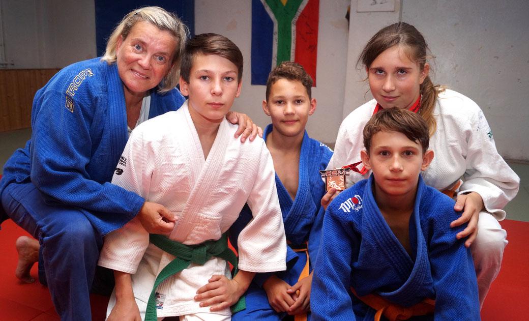 Ines Ernst-Schiller mit den besten Sportlern ihrer aktuellen Trainingsgruppe: Linus Winkler, Bruno Lau, Lea Milatz und Josef Bill. Foto: Alpha-Report