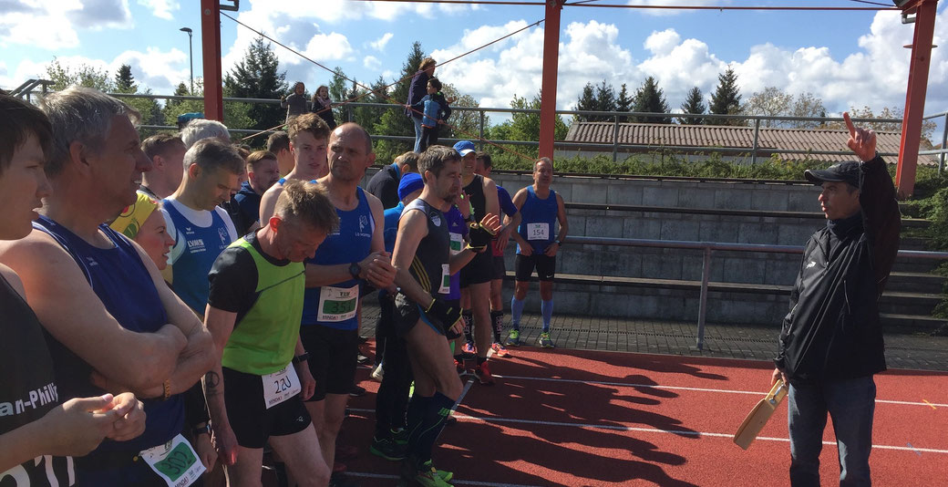 Mit einer hölzernen Starterklappe schickte TLV-Sportwart Marco Piec mehr als 300 Sportler innerhalb von fünf Wettkämpfen auf die Strecken. Foto: Alpha-Report