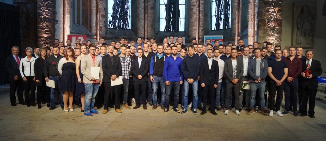 Konrad Zahn (links) spricht in der Magdeburger Johanniskirche mehr als 100 junge Gesellen frei. Foto: Alpha-Report