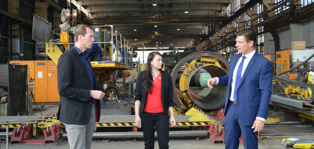 STAG-Geschäftsführer Michael Jung (rechts) zeigt Elisa Heinke und Landrat Steffen Burchhardt eine seiner Werkhallen.
