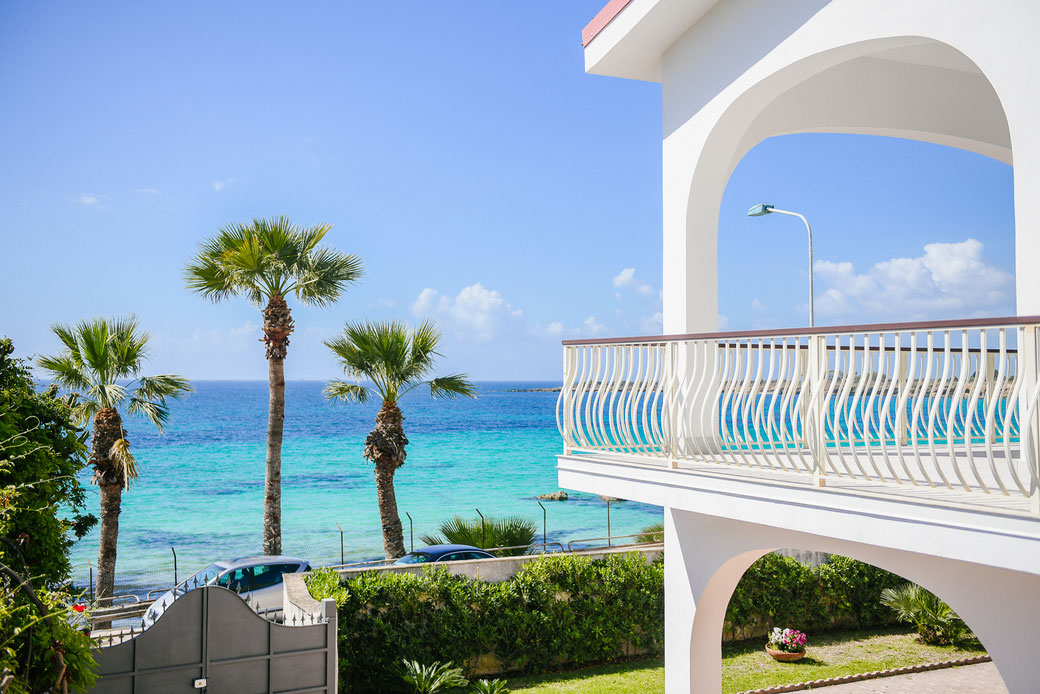 Spiaggia di sabbia fine a ingresso libero  di fronte Villa Baia Azzurra • Free entry soft sandy beach just in front of Villa Baia Azzurra