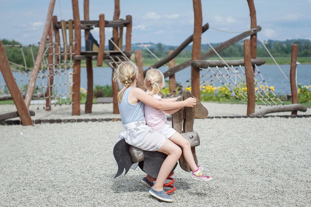 Kinder auf dem Spielplatz im Urlaub