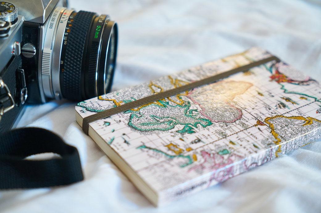 Kamera und Notizbuch - Die Reiserei, Dein Reisebüro für Deine Auslandskrankenversicherung