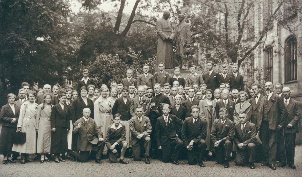 1932: Mitglieder des Esloher Gesellenvereins am Grabe Adolph Kolpings in Köln