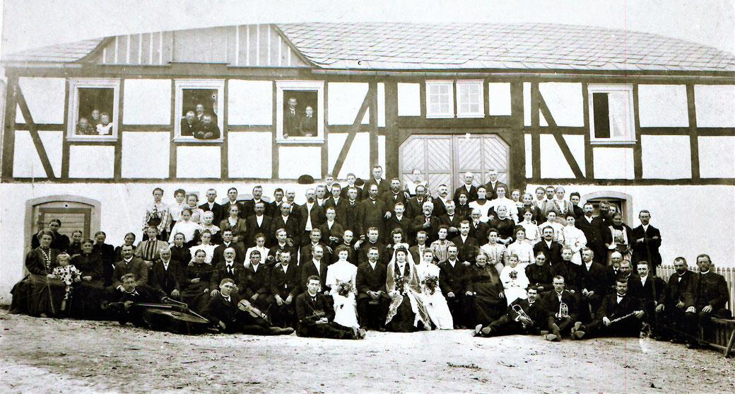 Hochzeitsgesellschaft 1906: Eheschließung von Franz Sternberg jr. und Anna, geborene Cormann. Die Musiker der Kapelle Eilinghoff begleiten das Fest.