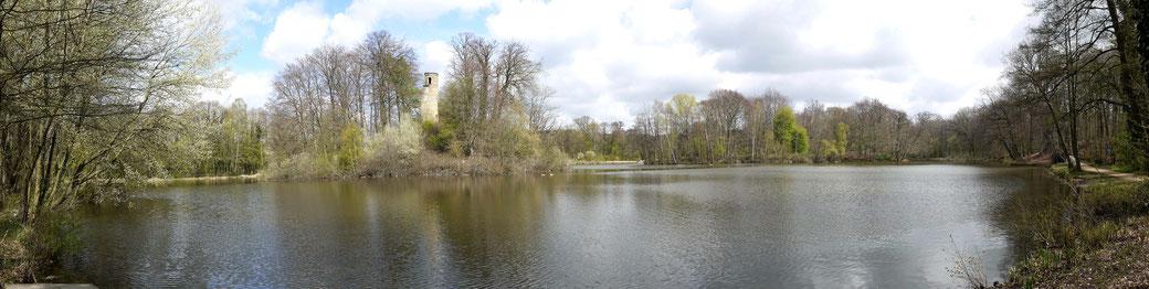 Auf einer kleinen Insel im Bagnosee ragt der Turm einer Ruine empor. Ein schöner Blickpunkt an diesem besonderen Ruheort.
