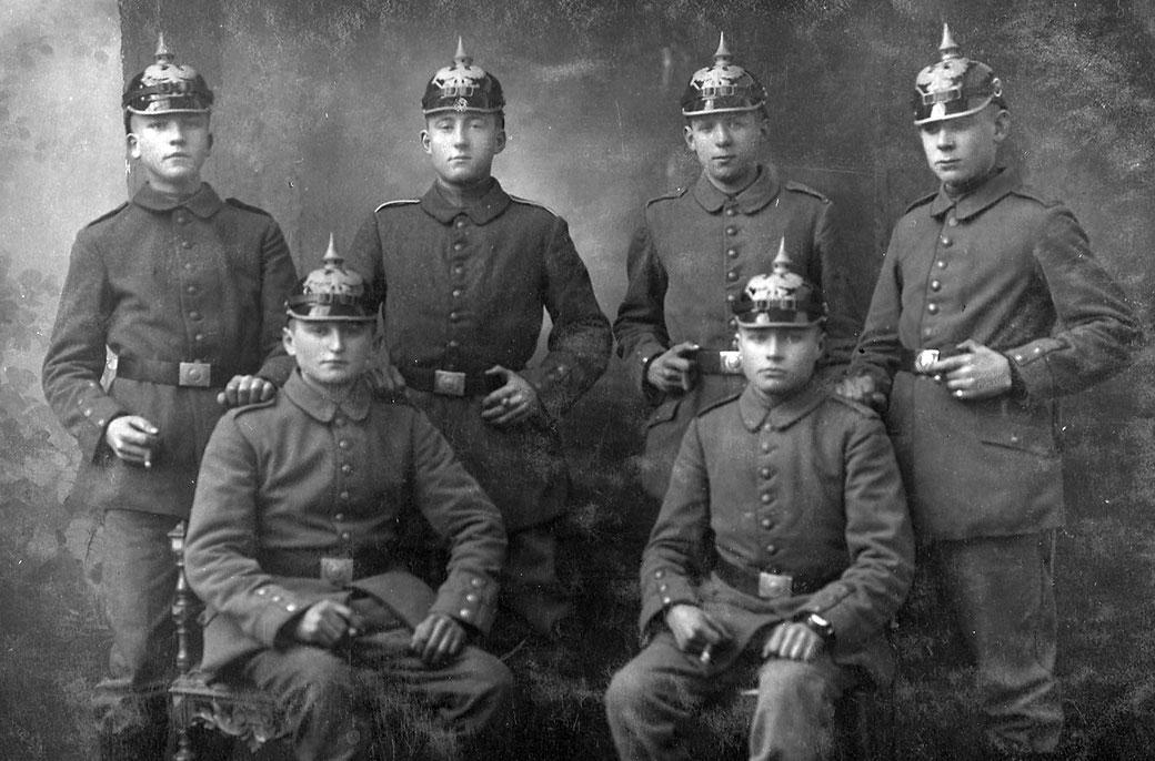 Heinrich Heymer (stehend, zweiter von links) inmitten seiner Kameraden. Blutjunge Menschen, von denen viele ihr Leben für Volk und Vaterland gaben.
