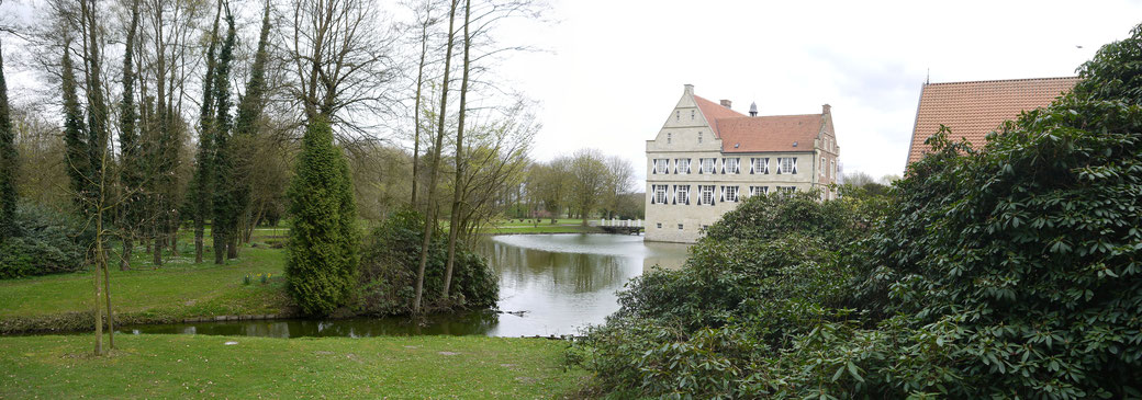 Die Burg Hülshoff, Geburtsort der bekannten Dichterin Annette von Droste zu Hülshoff. Das Wasserschloss ist von einer herrlichen Parklandschaft umschlossen.