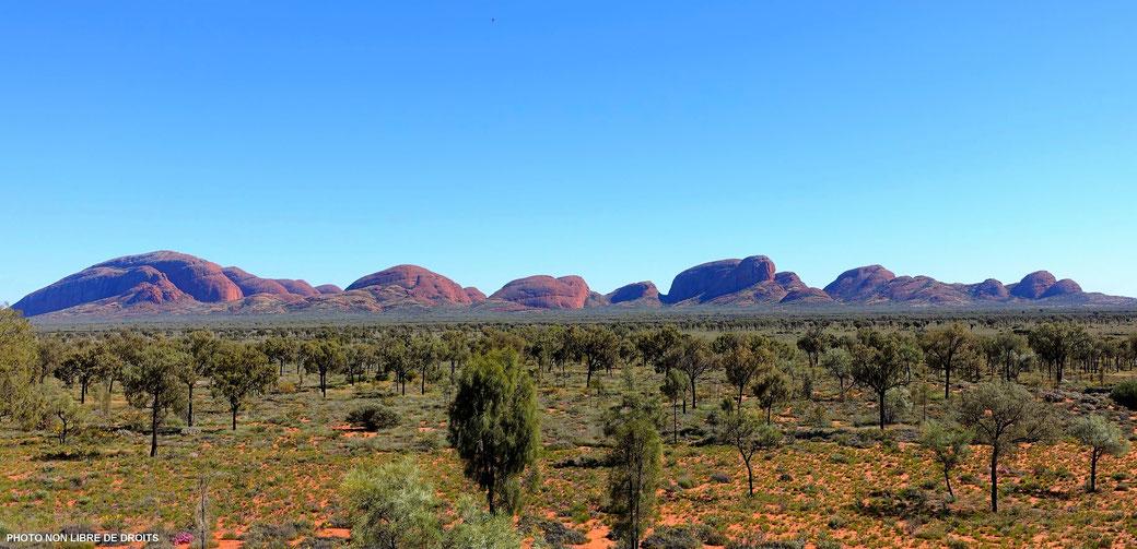 A l'approche de Kata Tjuta, Centre Rouge, Australie, photo non libre de droits