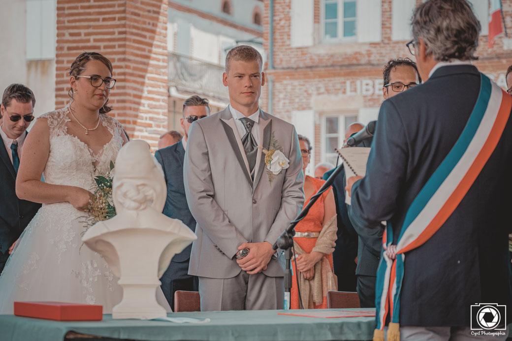 Cette photo représente une photo d'un mariage à la mairie proche de Montauban dans la région Occitanie