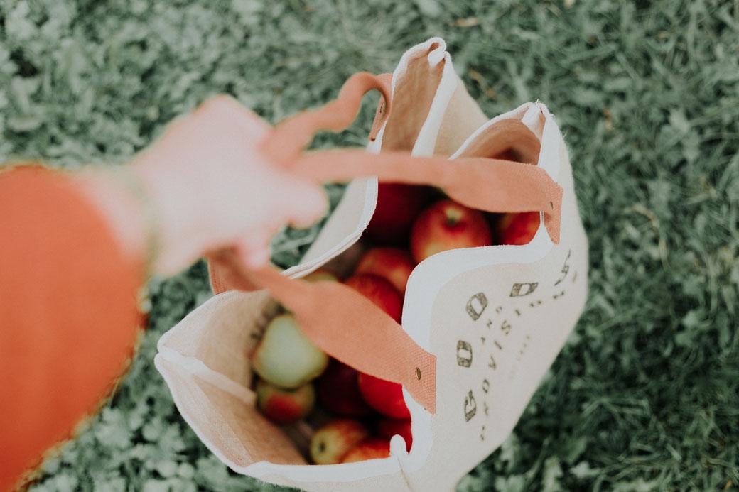 Äpfel in Stofftasche tragen