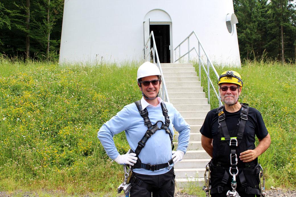 Regierungspräsident Dr. Christoph Ullrich (links) und der technische Geschäftsführer der iTerra energy GmbH Ralf Ratanski (rechts) vor der Besteigung der Windenergieanlage in Rabenau. (Bild: Gießener Anzeiger)