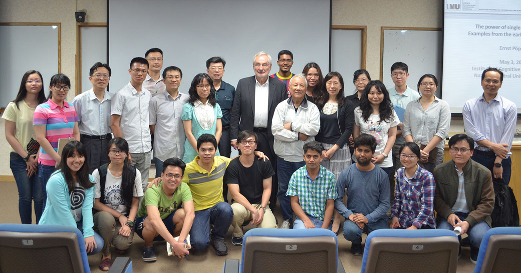 Picture of a group of students and Prof. Dr. Ernst Poeppel in a lecture on Single Case Studies in Taiwan