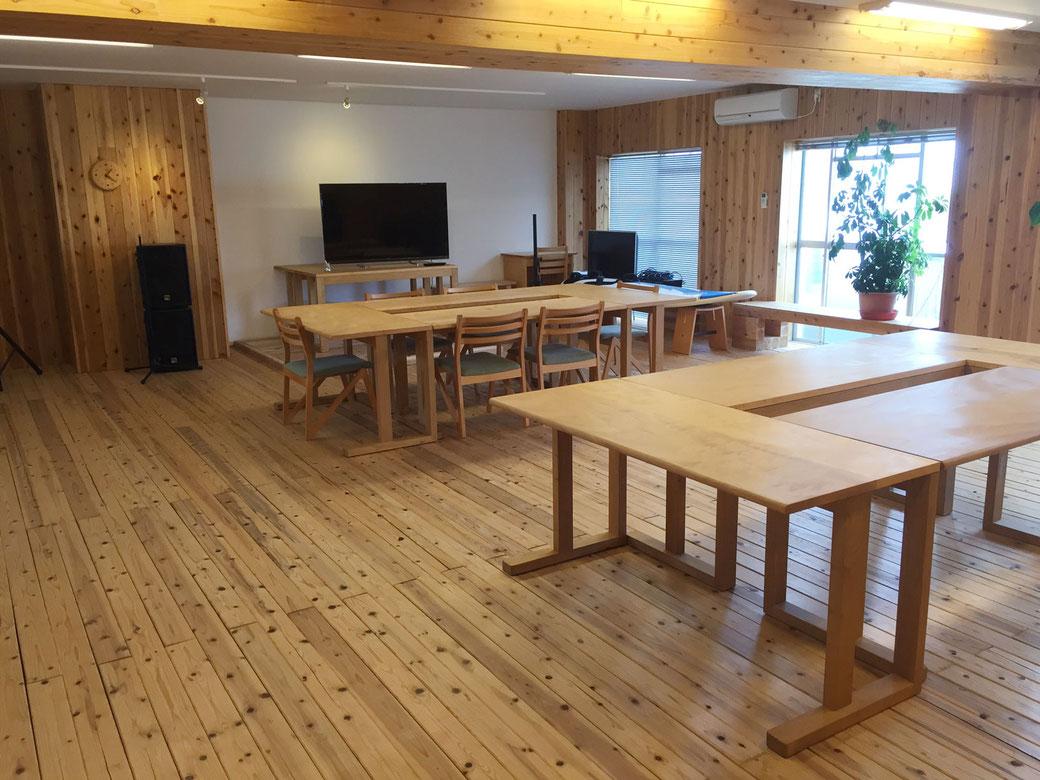 徳島市内に開設された徳島スマートオフィスは、全面に木を使用しており業務をしながらも自然を感じられる環境です。