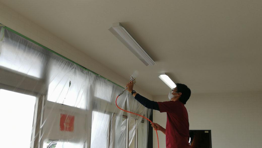 飲食店の壁や天井を光触媒コーティング。塗布後も見た目への影響はほとんどありません。 -PicaService(ピカサービス)