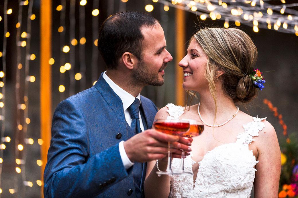 Hochzeitspaar Gläser anstoßen Sekt