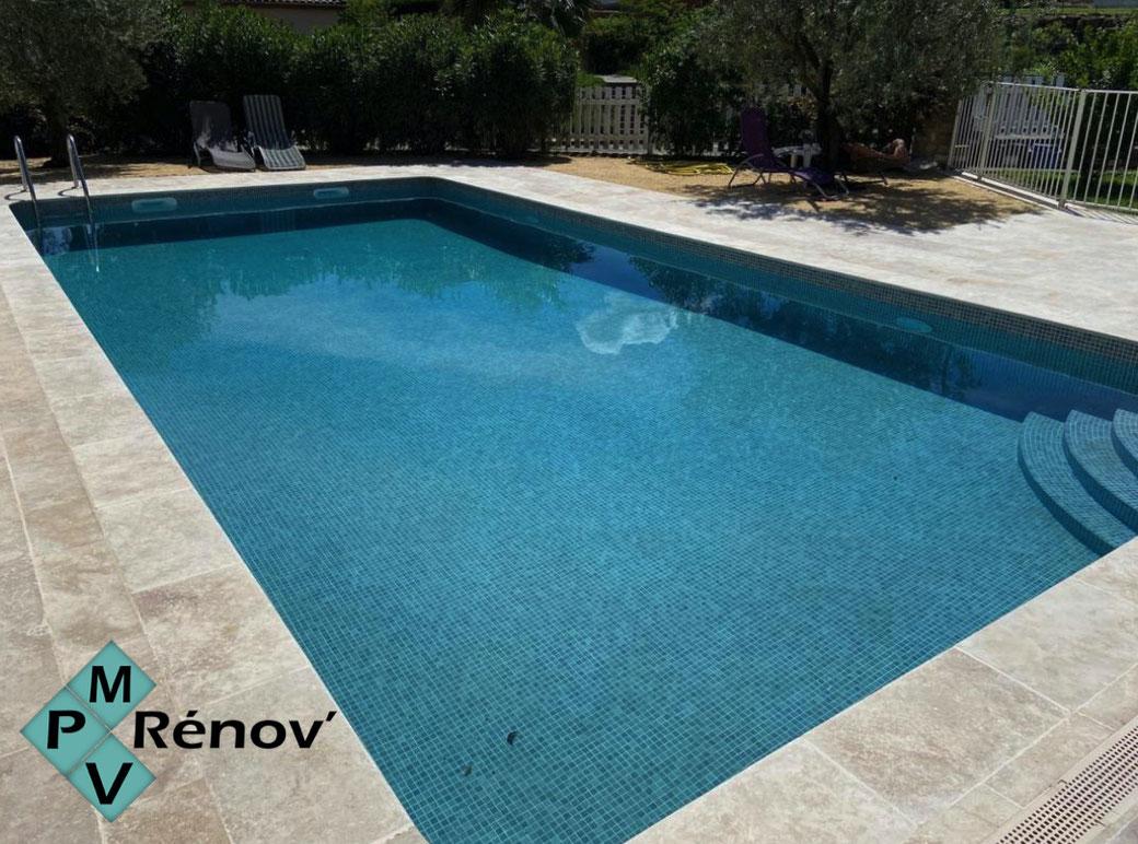 Rénovation du carrelage en mosaîque de la piscine et des margelles dans le gard par mpv rénov