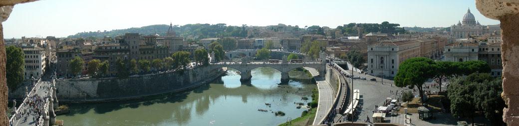 Blick von der Engelsburg auf die Ponte Sant' Angelo mit dem Tiber bis hin zum Petersdom und den vatikanischen Museen.